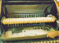 Baumkuchen wird auf einer Walze gebrandt